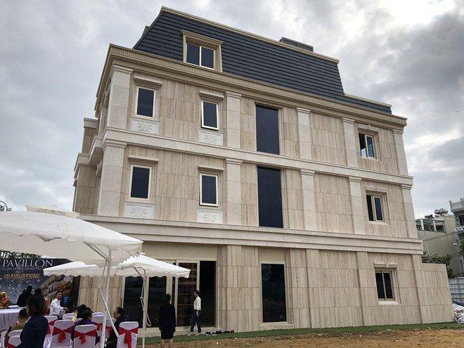Le Pavillon kỳ công đầu tư ốp đá Marble Travertine toàn bộ mặt ngoài với thiết kết phức tạp theo kiến trúc cổ điển châu Âu /// Ảnh: Phú Thành