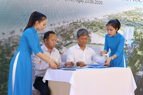 Ký kết hợp tác chiến lược giữa đại diện Tập đoàn Hoàng Gia Hội An (bên phải) và Tổng Công ty Cổ phần Đất Xanh Miền Trung (bên trái)